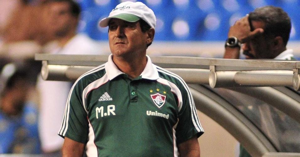 Muricy Ramalho observa ao lado do campo a partida entre Flamengo e Fluminense no Engenhão