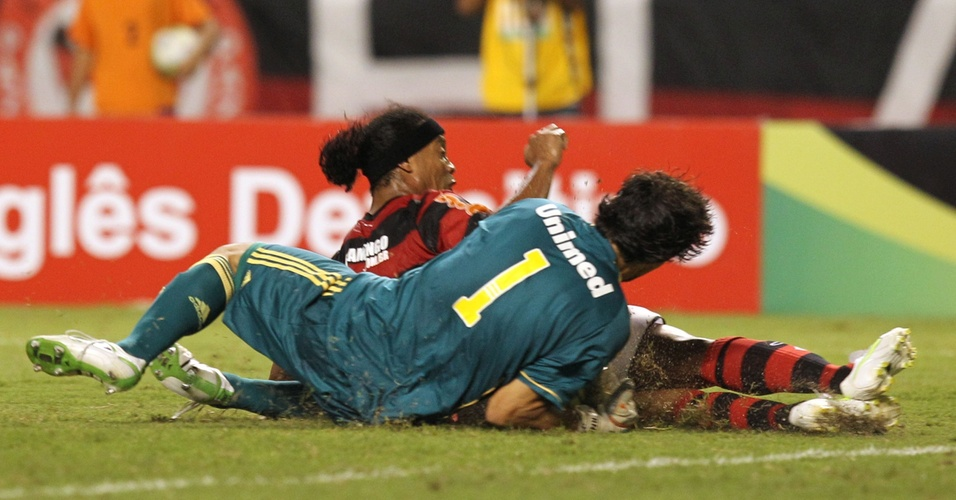 Ronaldinho Gaúcho divide a bola com Ricardo Berna no clássico entre Flamengo e Fluminense