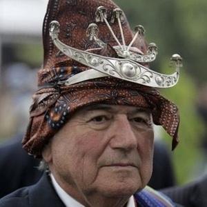 Blatter usa chapéu típico durante visita ao Timor Leste