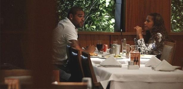 Adriano janta com morena em restaurante da Barra da Tijuca