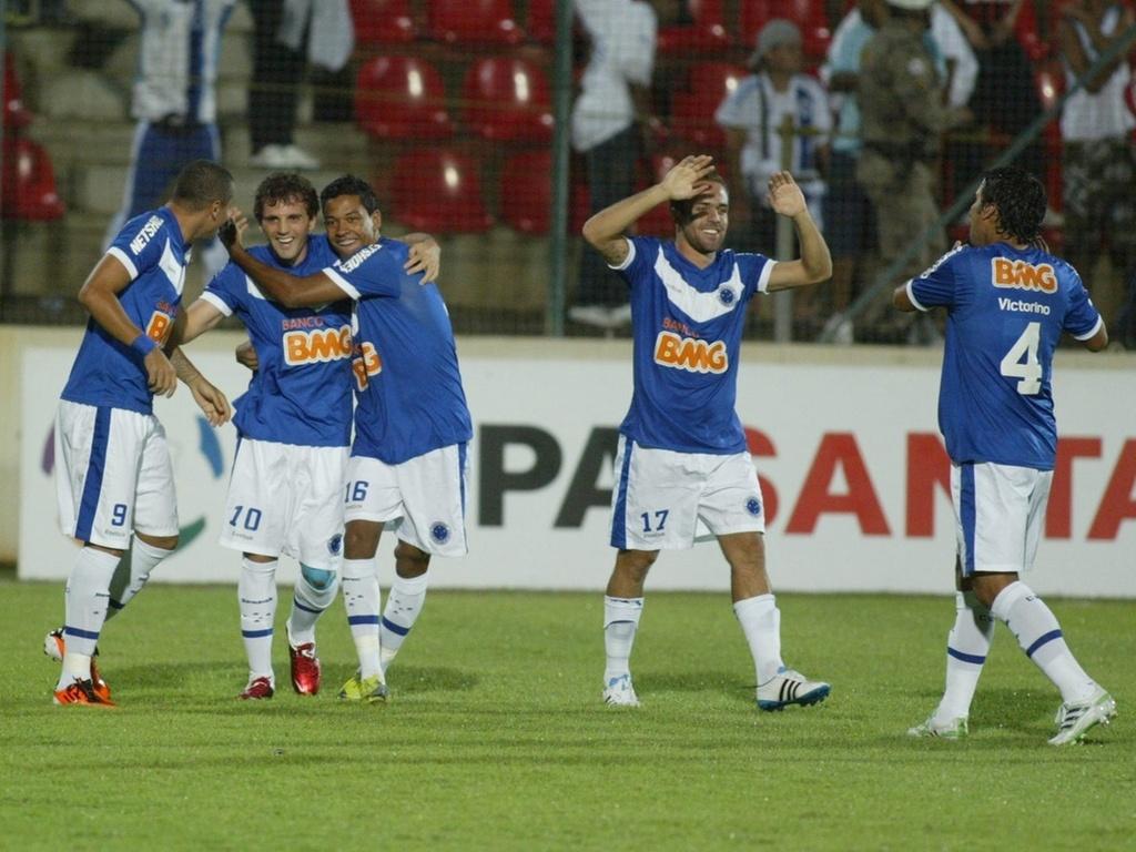Cruzeiro comemora gol na Libertadores, com Montillo e Roger