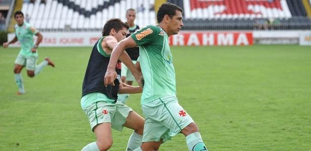 Diego Souza disputa bola durante treino do Vasco