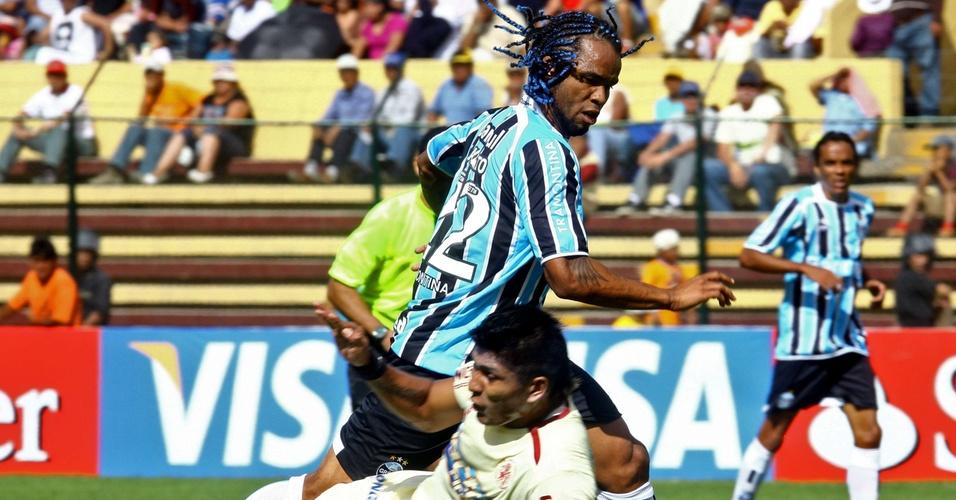 Autor de gol pelo Grêmio, Carlos Alberto luta pela bola com Roller Cardozo, do Léon de Huánuco