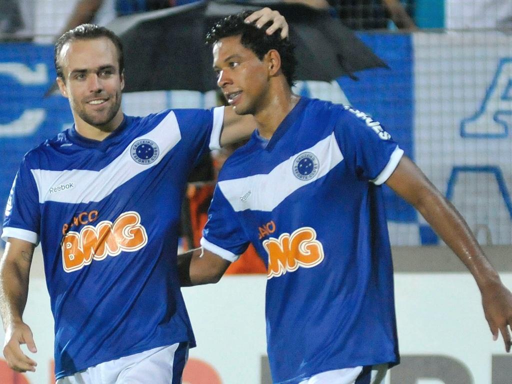 Roger e Wallyson comemoram gol pelo Cruzeiro