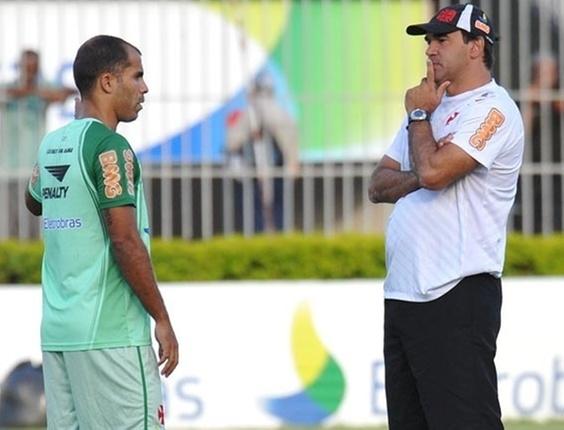 Felipe e Ricardo Gomes conversam durante treino do Vasco