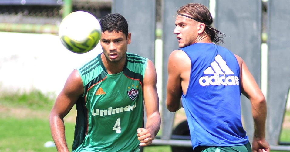 Zagueiro Gum disputa a bola com Rafael Moura durante treino do Flu