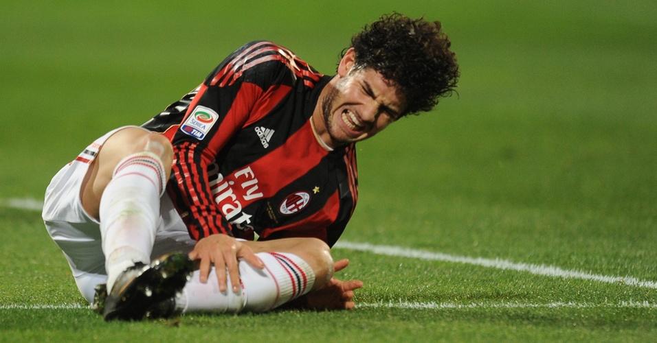 Alexandre Pato sente o tornozelo e sai de campo mancando na derrota do Milan para o Palermo