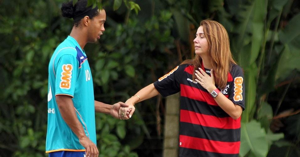 Ronaldinho segura a mão da presidente Patrícia Amorim