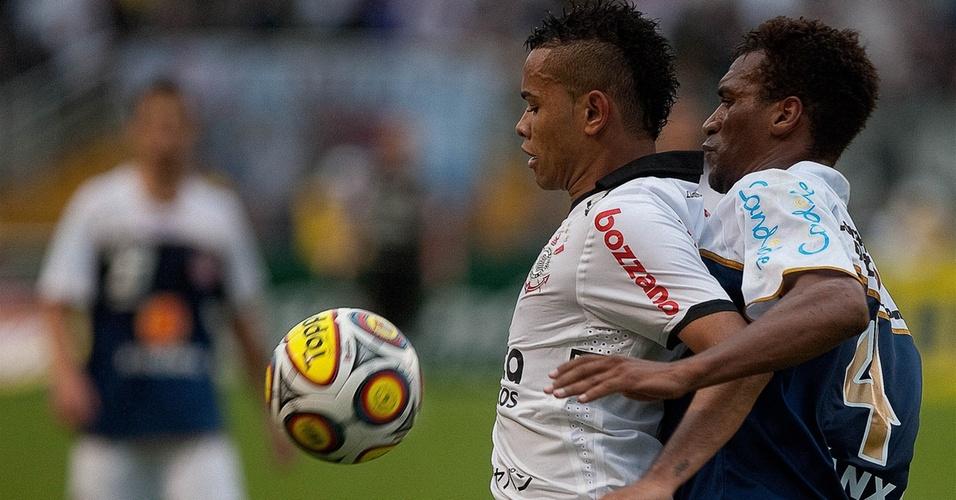 Dentinho protege a bola durante o jogo Corinthians x Americana