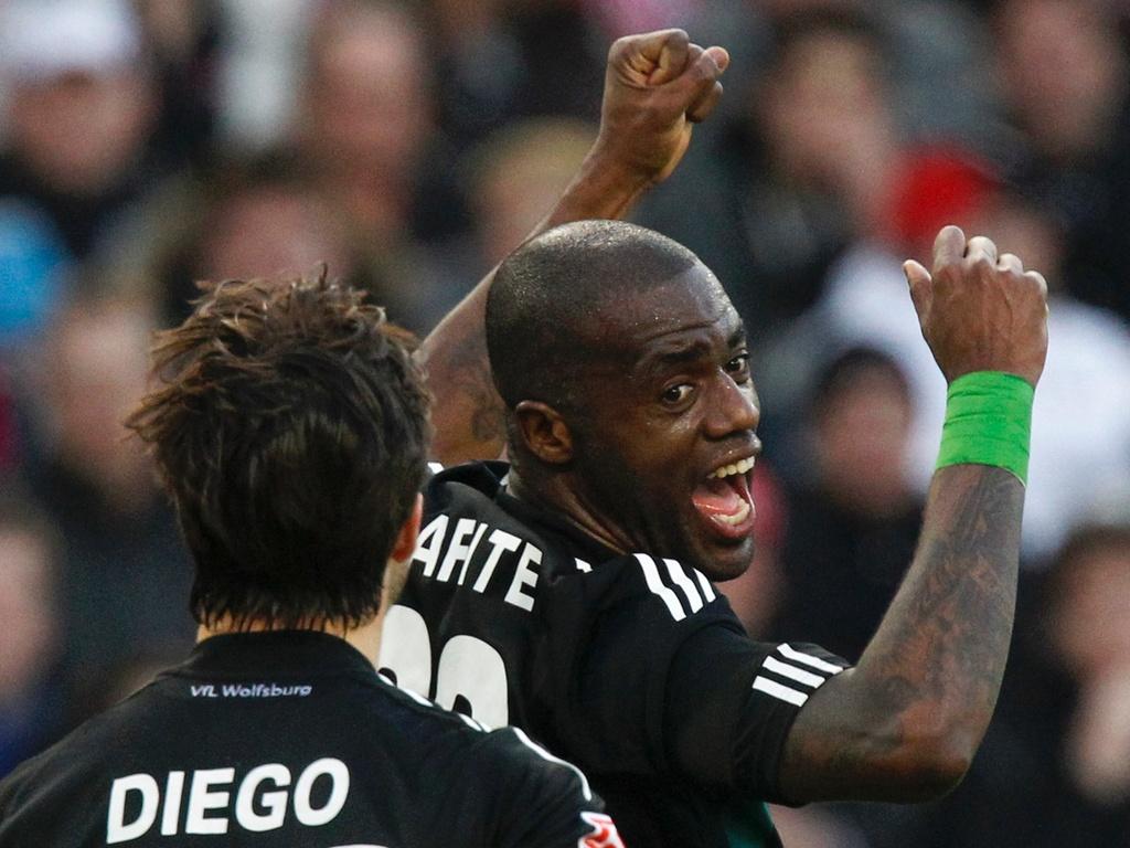 Grafite comemora seu gol pelo Wolfsburg ao lado de Diego