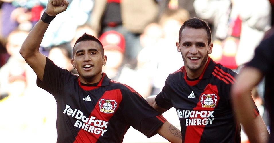 Renato Augusto comemora com Arturo Vidal durante vitória do Bayer Leverkusen sobre o Schalke 04