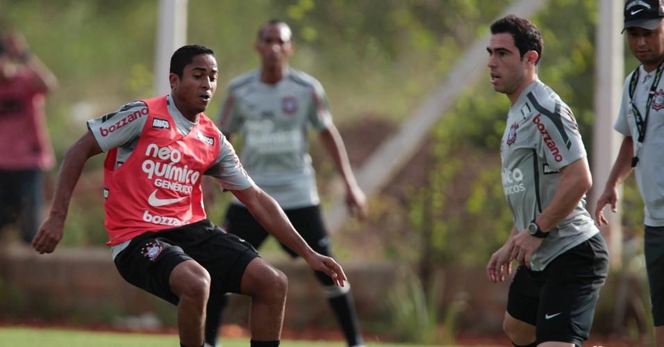Jorge Henrique encara Bruno Cesar no último treino do Corinthians antes de pegar o Oeste