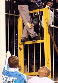 Torcedor do Zenit mostra uma banana para Roberto Carlos