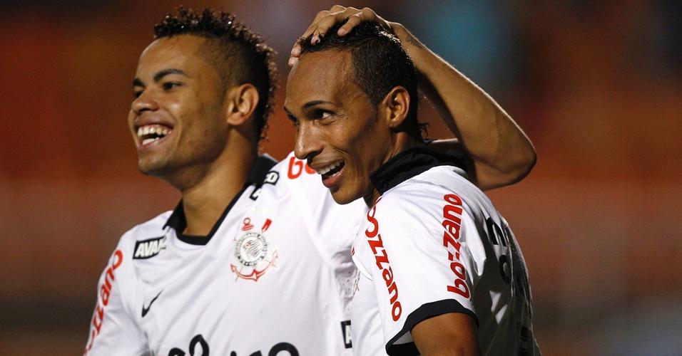 Liédson é abraçado por Dentinho após marcar para o Corinthians contra o Oeste