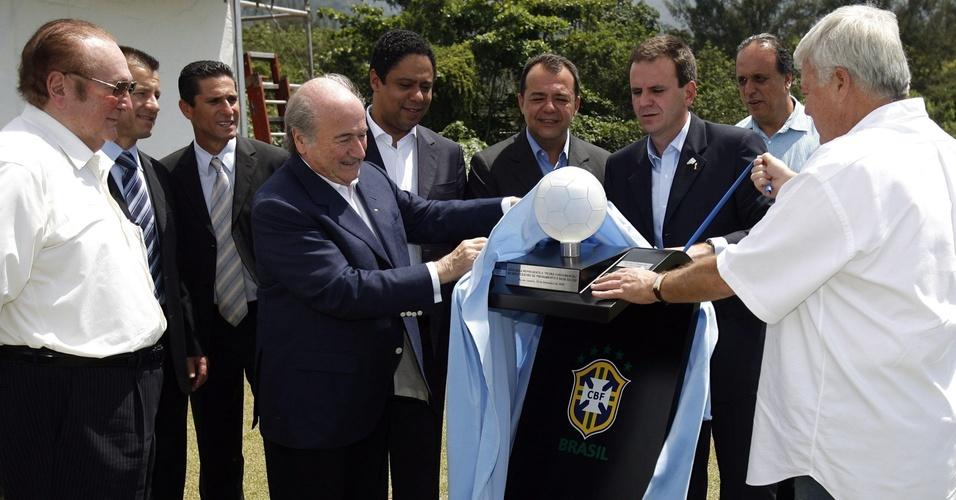 Dirigentes lançam a pedra fundamental da nova sede da CBF na Barra da Tijuca