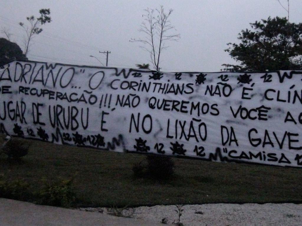 Torcedores protestam contra acerto de Adriano com o Corinthians