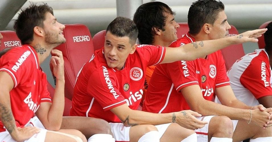 Meia D'Alessandro conversa com Rafael Sóbis no banco de reservas do Inter