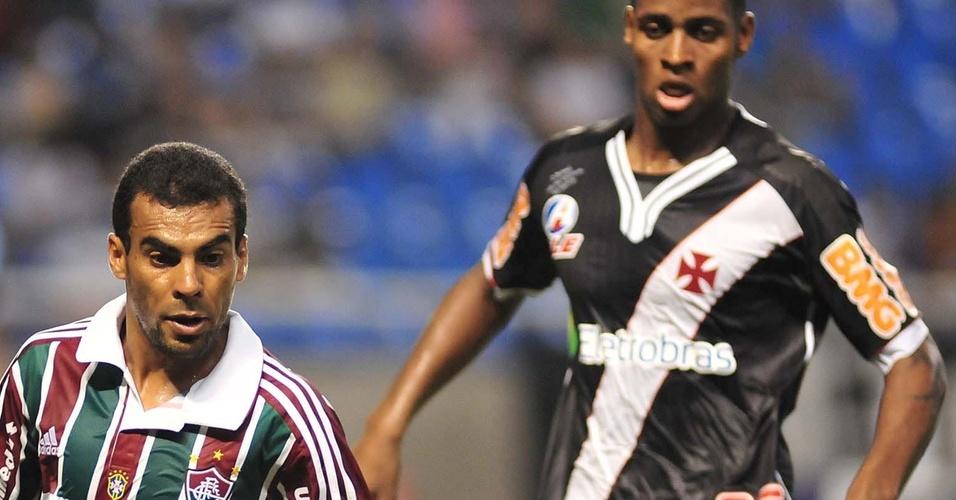 Araújo domina a bola observado por Dedé no Fluminense x Vasco (27/03/2011)