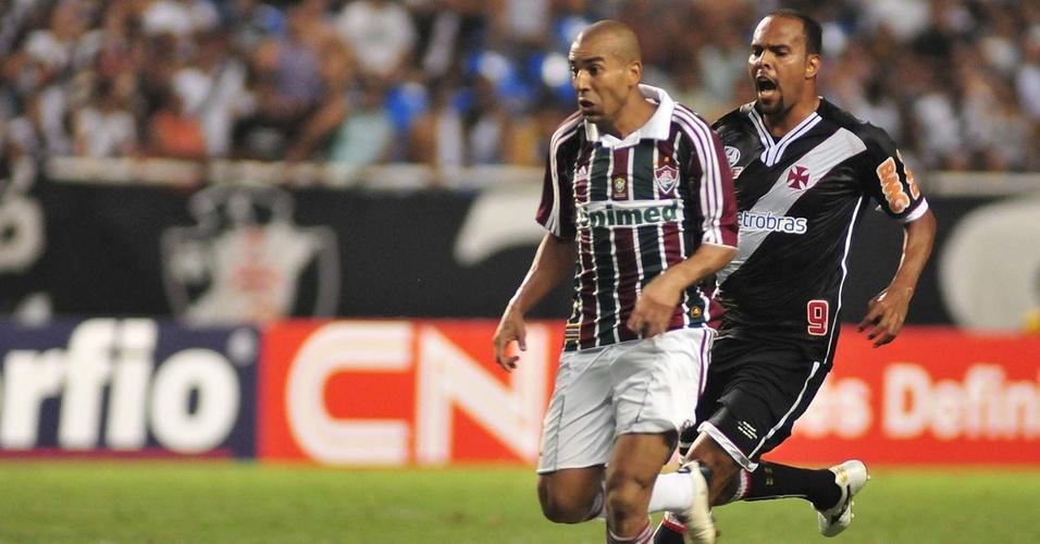 Emerson e Alecsandro (d) disputam a jogada no Fluminense x Vasco (27/03/2011)