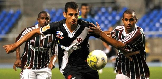 Diego Souza e Júlio César disputam a bola no Fluminense x Vasco (27/03/2011)