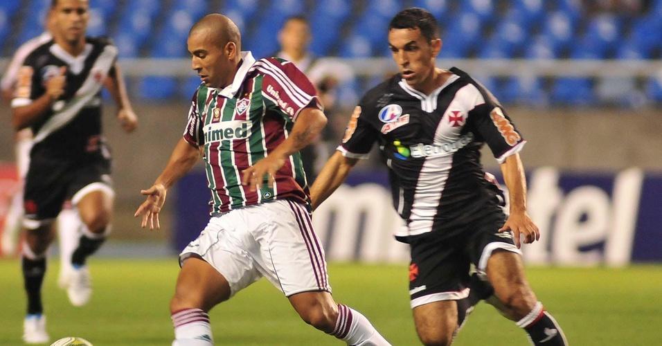 Emerson domina a bola observado por Márcio Careca no Fluminense x Vasco (27/03/2011)