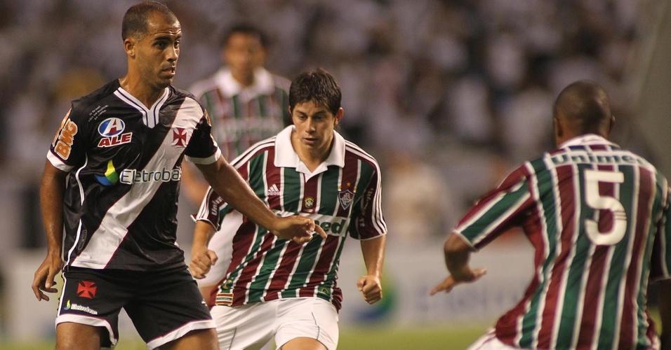 Felipe domina a bola observado por Conca no Fluminense x Vasco (27/03/2011)