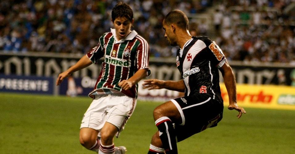 Conca (e) e Felipe brigam pela bola no Fluminense x Vasco (27/03/2011)