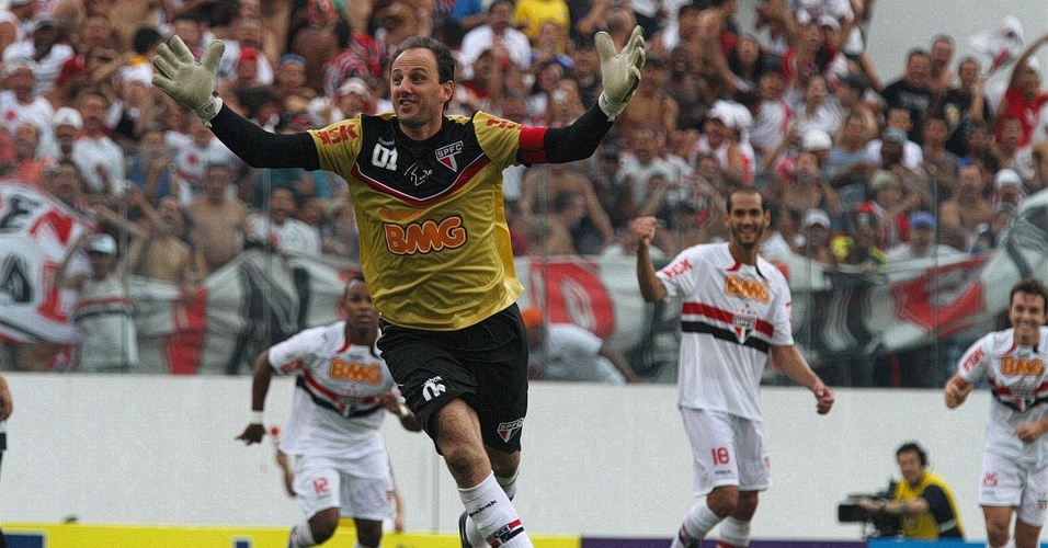 Rogério Ceni celebra o centésimo gol da carreira no clássico entre São Paulo e Corinthians