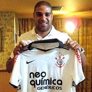 Adriano posa com a  camisa do Corinthians para o site oficial do clube