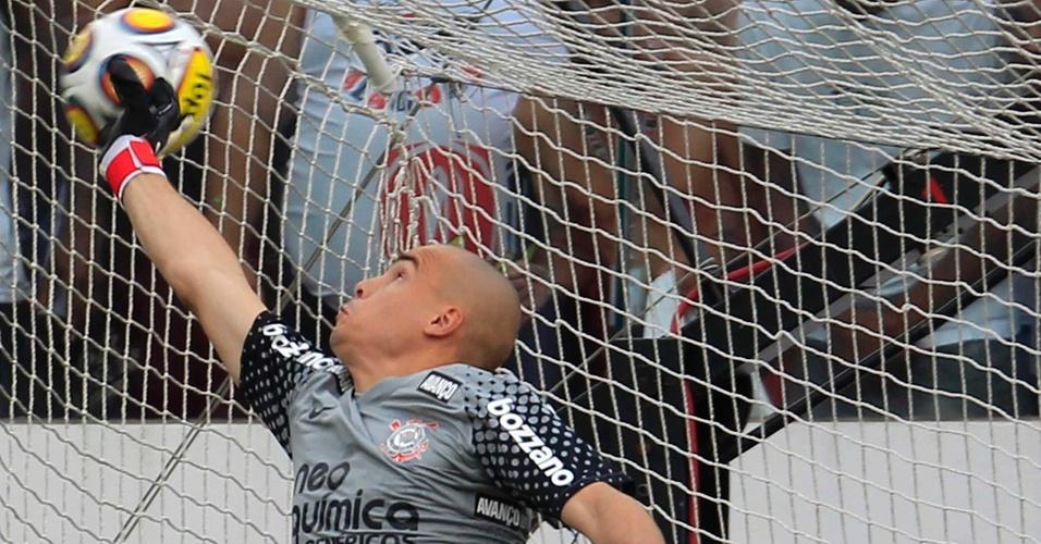 Goleiro corintiano Julio Cesar se estica, mas não consegue evitar o 100º gol de Rogério Ceni (27/03)