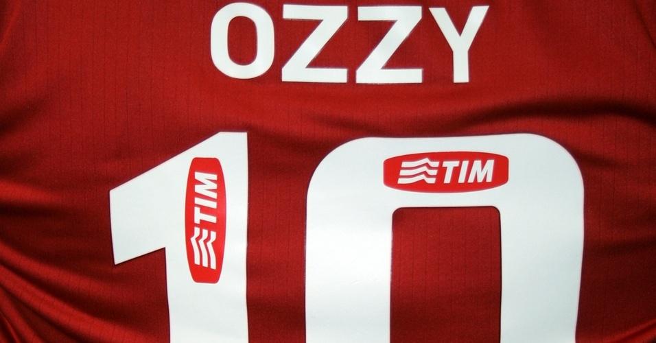 Internacional vai presentear o cantor Ozzy Osbourne com uma camisa do clube (28/03/2011)