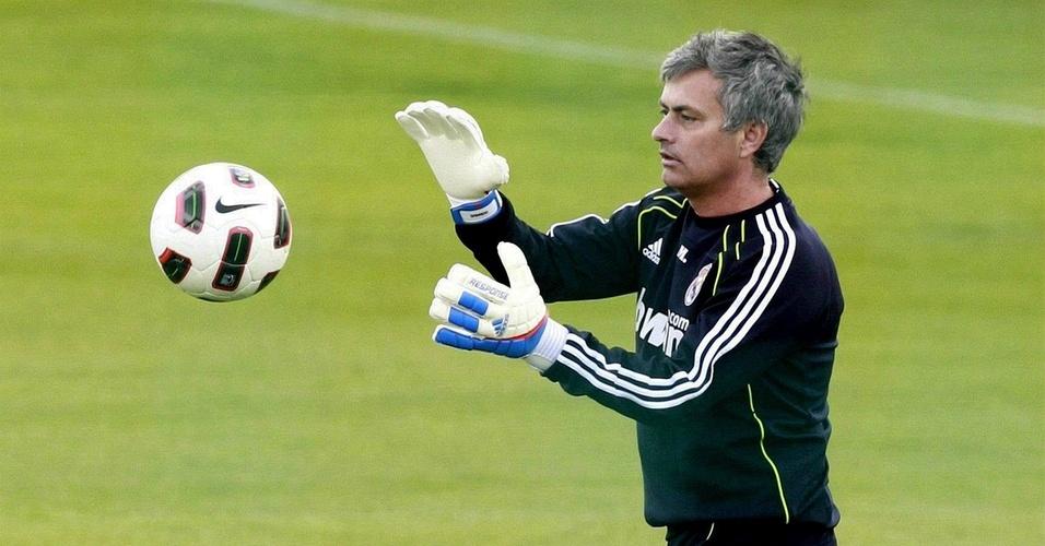José Mourinho se arrisca no gol em jogo contra jornalistas que cobrem o Real Madrid