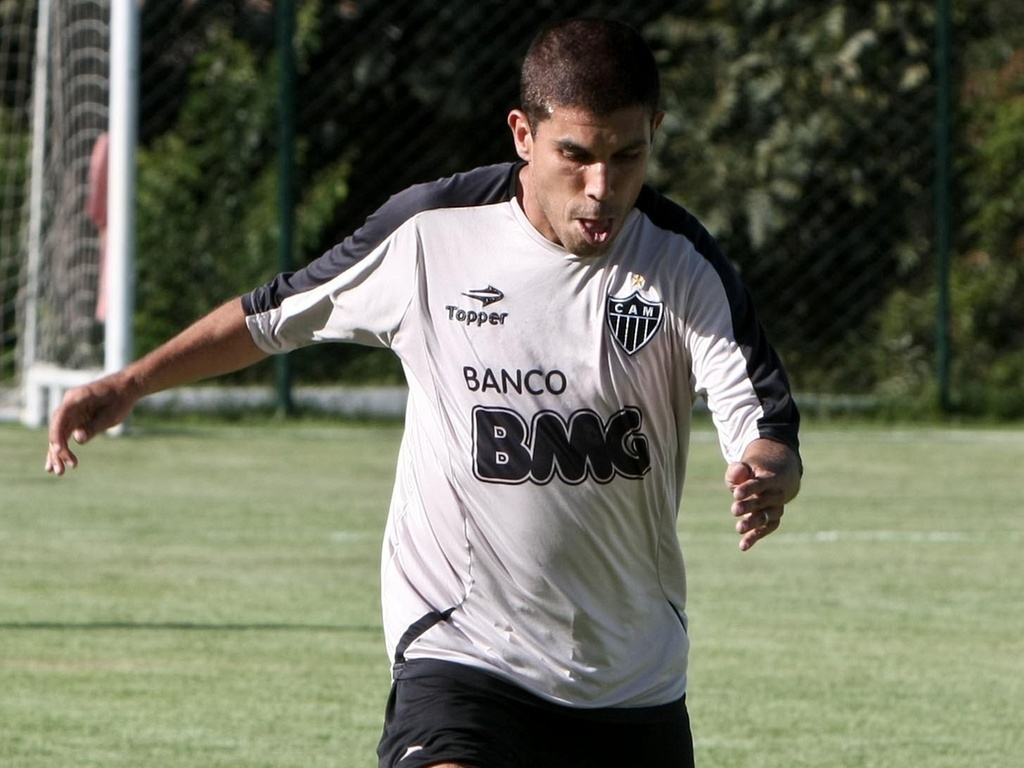 Ricardinho participa de treino com bola na Cidade do Galo, em Vespasiano (25/3/2011)