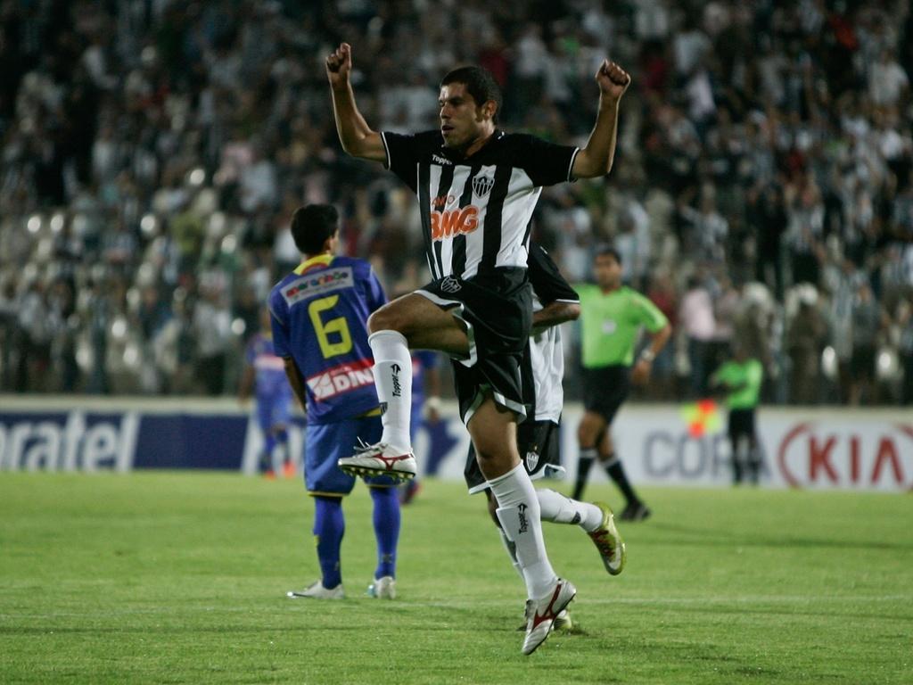Ricardinho vibra durante a goleada sobre o Iape, pela Copa do Brasil, em Sete Lagoas (2/3/2011)