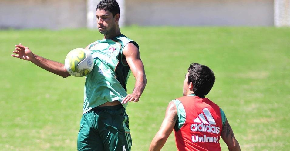 Gum domina a bola no peito durante treinamento do Fluminense (18/03/2011)