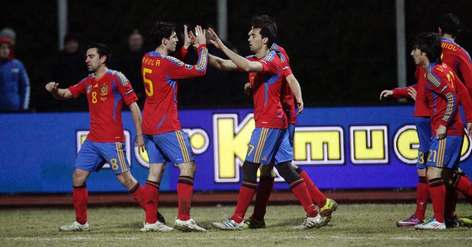 Jogadores da Espanha comemoram um dos gols da vitória por 3 a 1 sobre a Lituânia nas eliminatórias da Eurocopa