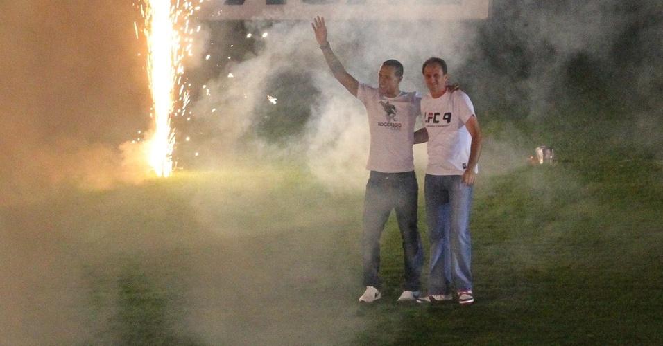 Luis Fabiano e Rogério Ceni se abraçam na festa de apresentação do atacante no Morumbi (29/03/2011)