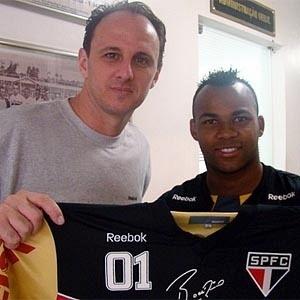 Rogério Ceni entrega camisa do gol 100 para Fernandinho, jogador que recebeu a falta contra o Corinthians