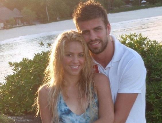 Mar.2011 - Cantora Shakira publica foto com o namorado Gerard Piqué em seu Facebook ao oficializar a relação com o jogador do Barcelona