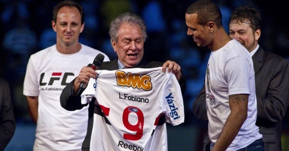 Luis Fabiano recebe camisa 9 de Juvenal Juvêncio