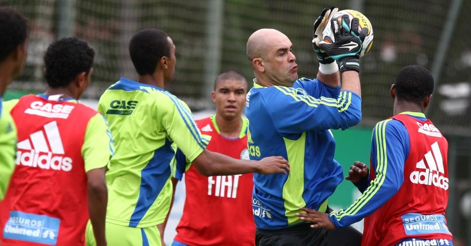 Marcos salta e faz uma defesa durante treino coletivo do Palmeiras