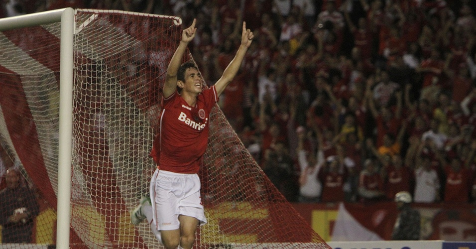 Meia Oscar comemora gol do Inter contra o Jorge Wilstermann pela Libertadores no estádio Beira-Rio (30/03/2011)