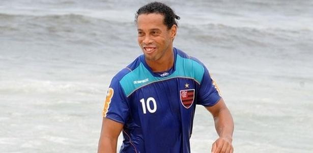 Ronaldinho Gaúcho treina com o Flamengo na praia e aproveita para um mergulho no mar (30/03/2011)