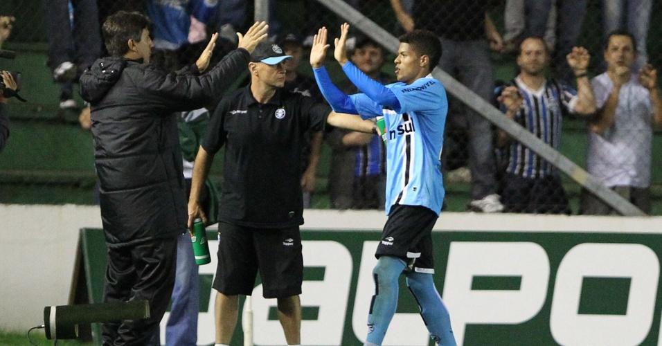 Técnico Renato Gaúcho cumprimenta o atacante Leandro depois do gol do Grêmio contra o Juventude no estádio Alfredo Jaconi, em Caxias do Sul (30/03/2011)