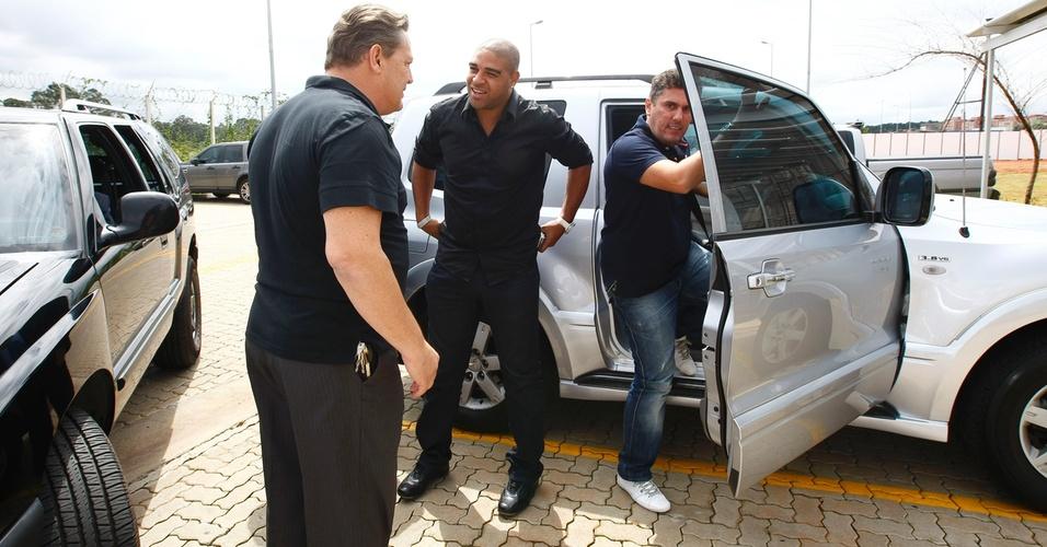 Adriano chega ao CT do Parque Ecológico para ser apresentado pelo Corinthians (31/03/2011)