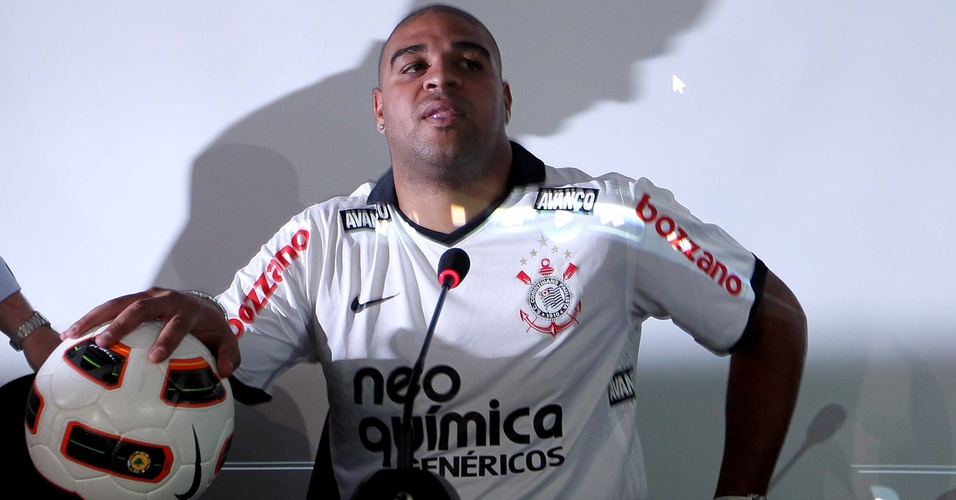 Adriano concede entrevista coletiva durante apresentação ao Corinthians (31/03/2011)