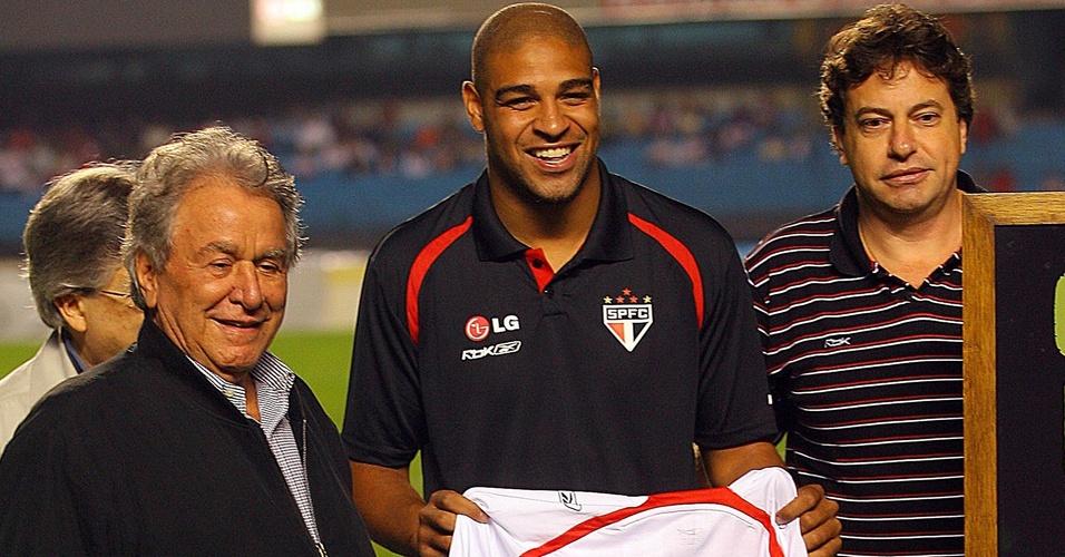 Adriano exibe camisa do Imperador X feita pelo São Paulo em sua homenagem