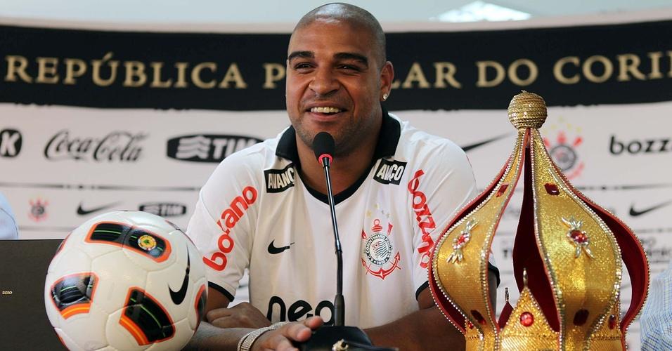 Adriano exibe coroa de Imperador e bola durante a sua apresentação no Corinthians (31/03/2011)