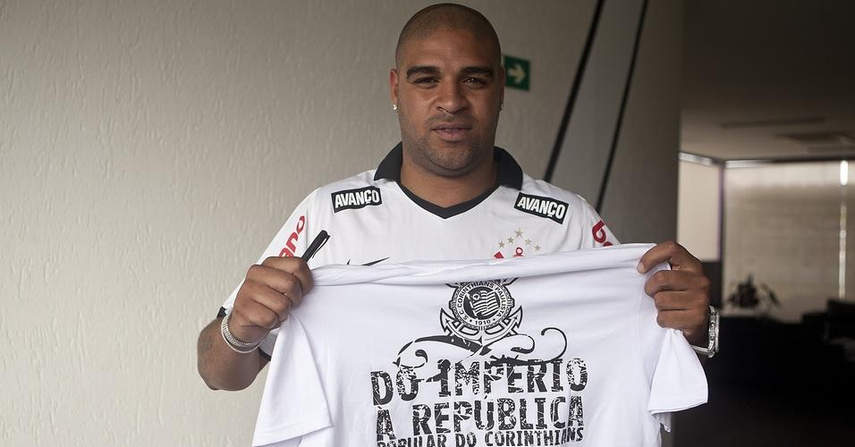 Adriano posa com camiseta comemorativa em sua apresentação no Corinthians (31/03/2011)