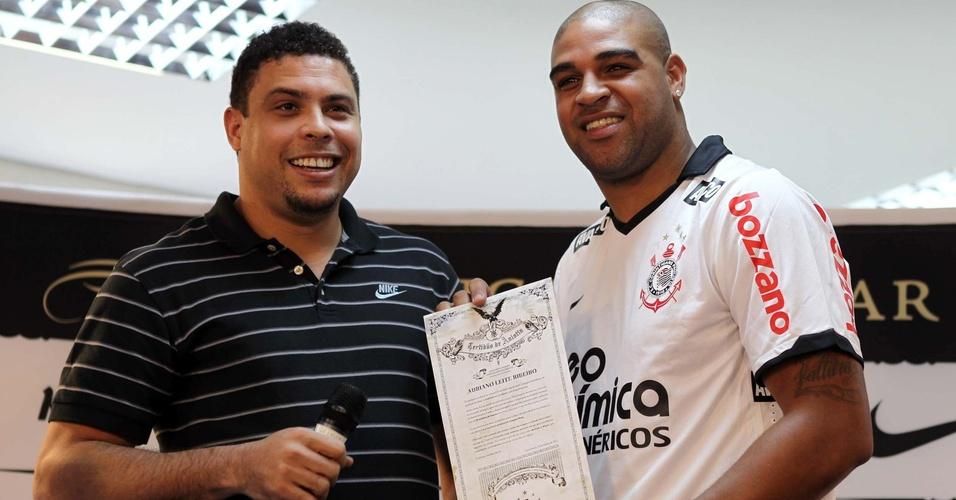 Adriano recebe homenagem de Ronaldo durante a sua apresentação (31/03/2011)